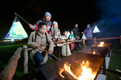 7259_Family toasting marshmallows as part of Wild Nights 2017_Werribee Open Range Zoo